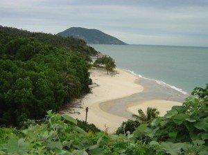 Vue sur la baie de Bai Tu Long tout près de la baie de Ha Long.