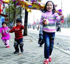 Les enfants en banlieue de Hanoi fêtent le Têt